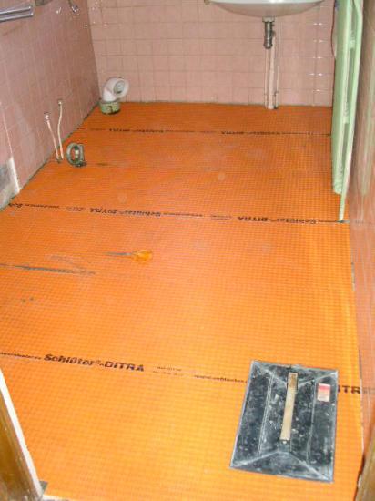 Pose natte Ditra pour désolidariser le plancher du carrelage